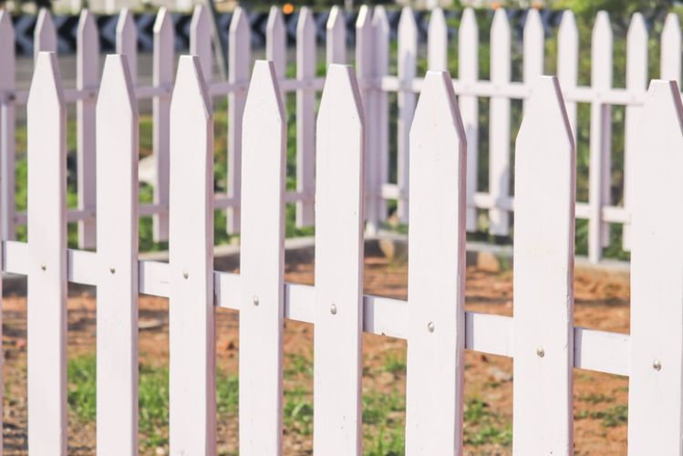 clean modern picket fencing surrounding dead grass patch at darwin carpentry